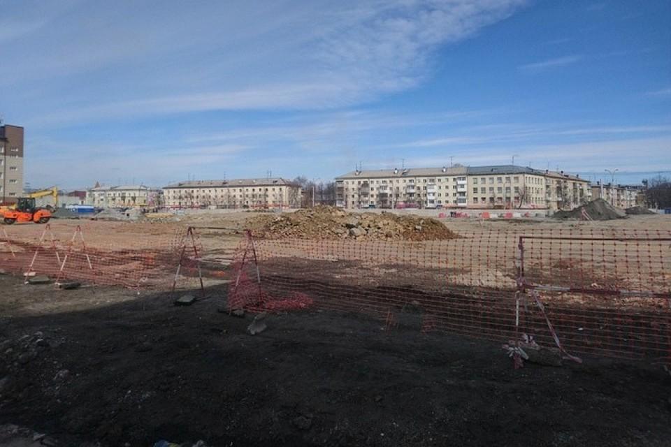 На месте строительства сквера идут работы