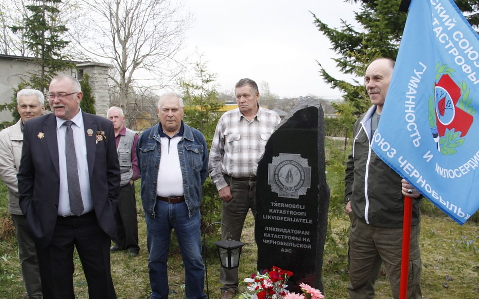 Руководитель Нарвского Союза чернобыльцев Сергей Непримеров (первый слева на первом плане) предложил почтить минутой молчания память ликвидаторов, не доживших до этого дня.