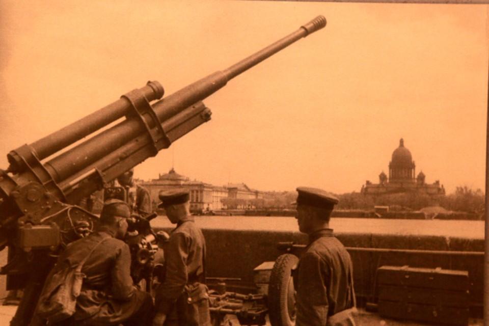 900 дней и ночей длилась блокада Ленинграда.