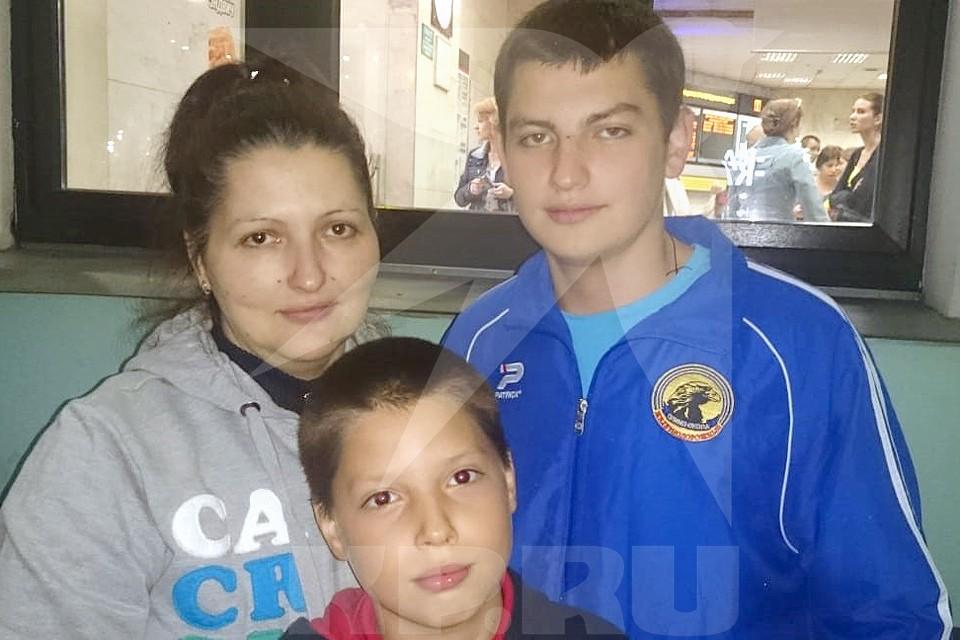 Максим Моисеев (справа) с мамой и братом. Фото из личного архива