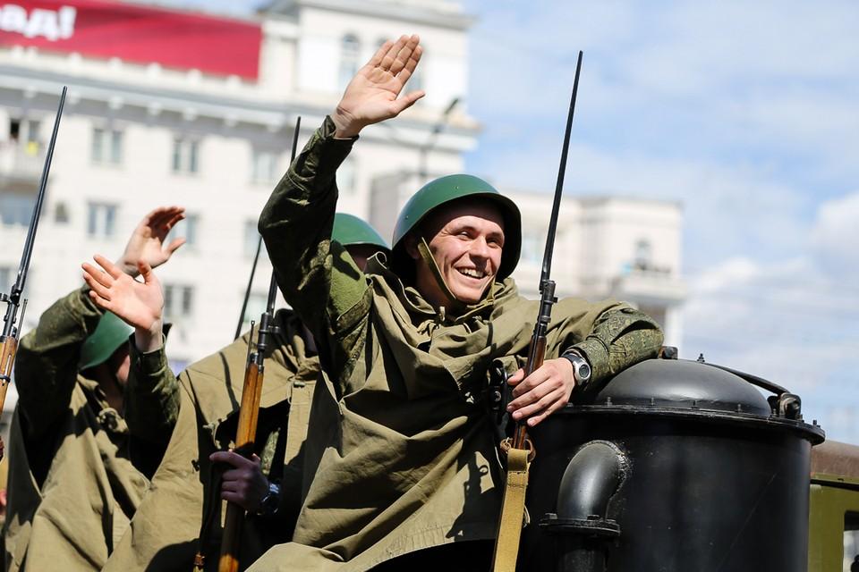 Парад Победы в Челябинске по традиции начинается ровно в полдень.