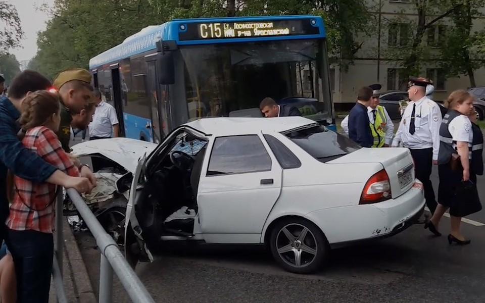 В Москве произошло ДТП с участием автобуса и 2 автомобилей
