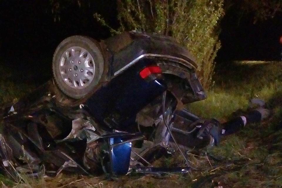 4a171fba75ac9 Машина съехала в кювет, перевернулась и врезалась в дерево. Трое пассажиров  с заднего сиденья