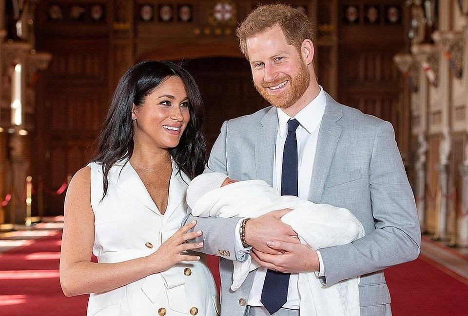 Британский принц Гарри и его супруга Меган Маркл продемонстрировали миру своего новорожденного сына