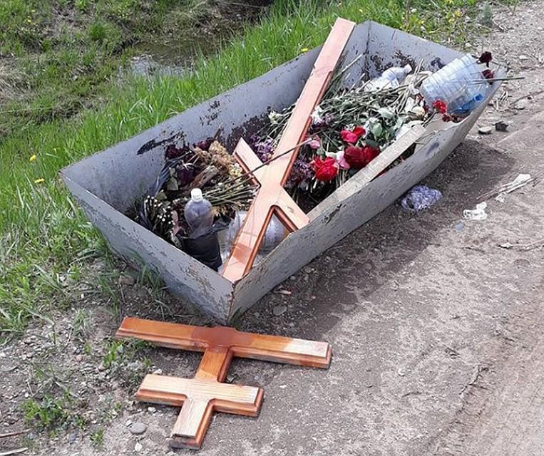 неизвестные выбрасывают кресты с благовещенского кладбища по