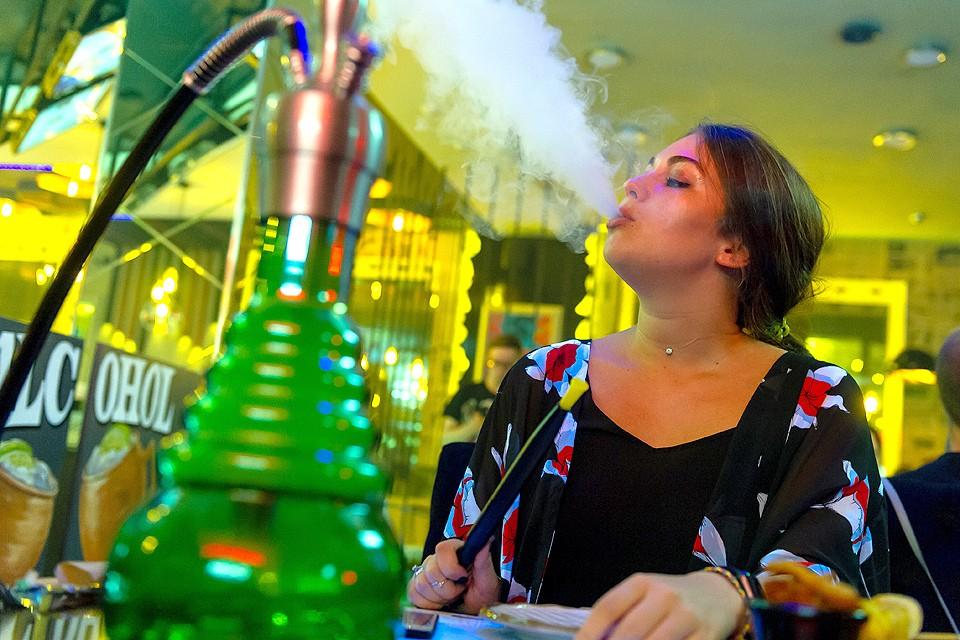 Депутаты собираются запретить курить кальяны в кафе и ресторанах.