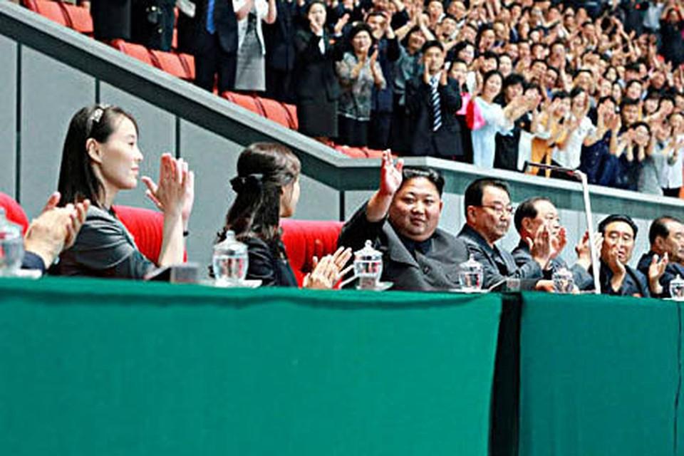 Сестра Ким Чен Ына (слева), его супруга (вторая слева) и сам глава КНДР