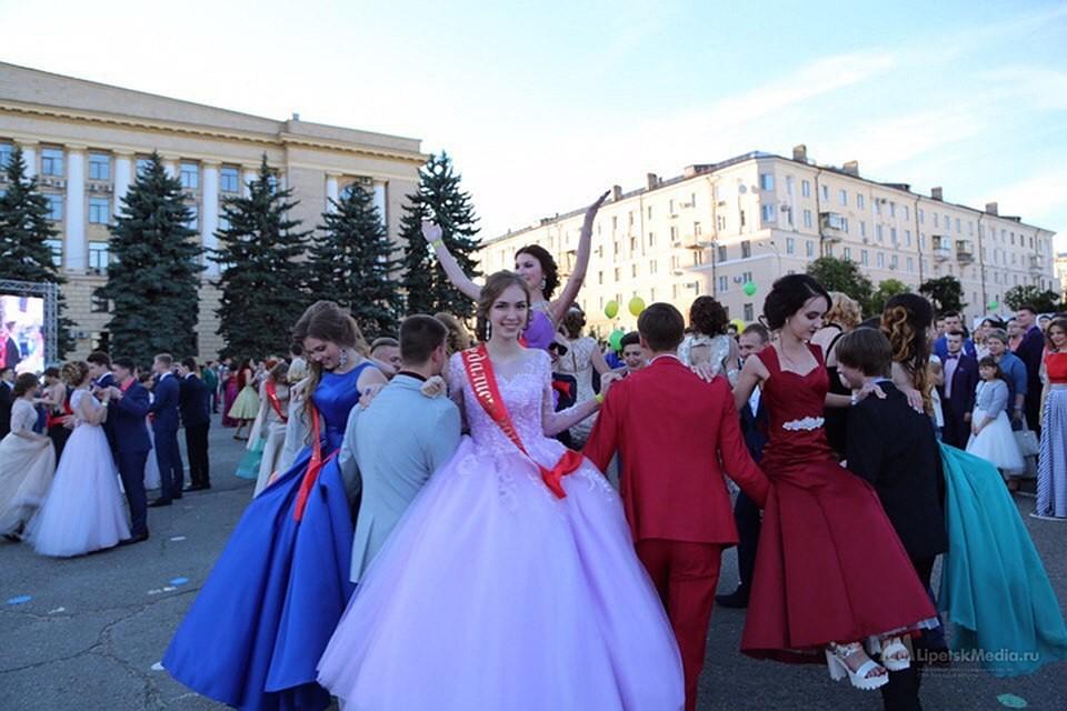 9c5d2c95034c9ee Свои наряды выпускницам дарят обычные жители, дизайнеры, и салоны вечерних  платьев