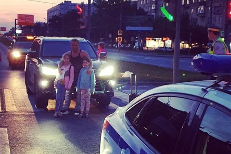 Аскольд Запашный с дочерьми на фоне своего автомобиля