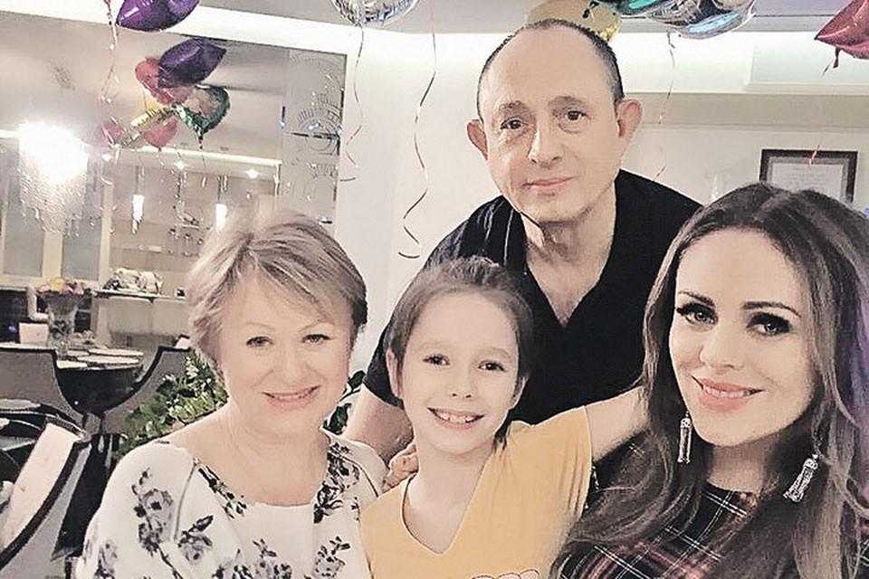 Фото из семейного архива: певица с родителями и дочкой. Фото: instagram.com/julianachalova