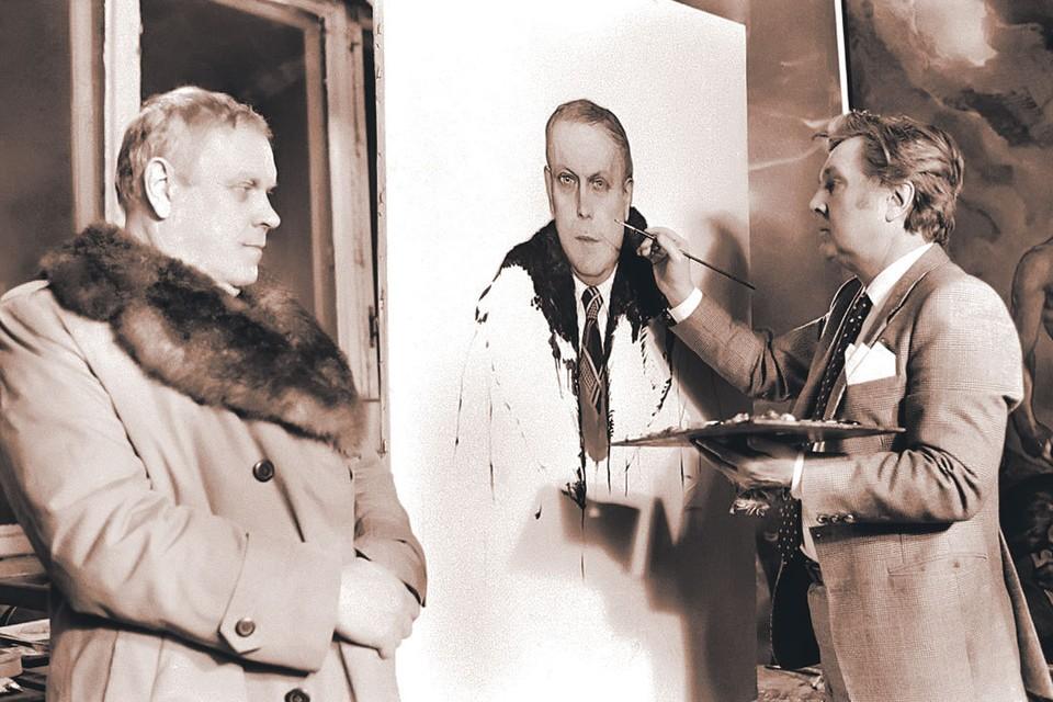 Владимир Солоухин (слева) позирует художнику Илье Глазунову, вместе с которым выступал за сохранение исторических памятников. Фото: Валентин Мастюков/ТАСС