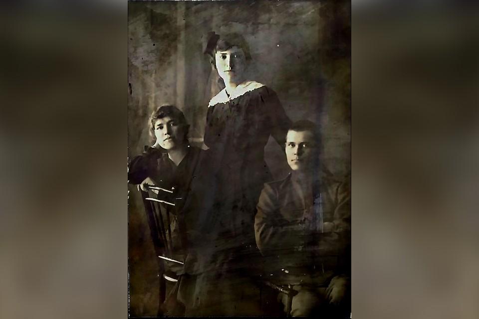 Уникальную фотографию передали в коллекцию частного музея Г.Е.Распутина. Слева направо: Матрена, Варвара, Дмитрий Распутины. Фото из личного архива Марины Смирновой.
