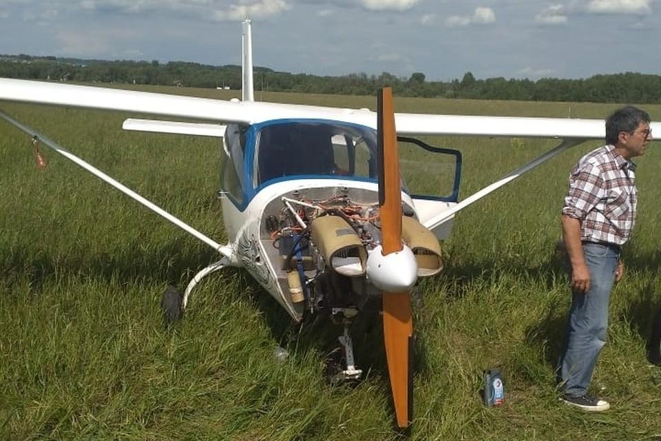 Самолет приземлился в поле