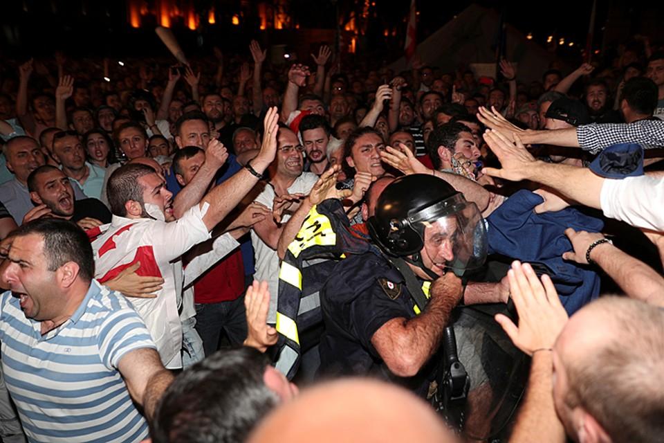 Сейчас митингующие стремятся прорвать полицейский кордон