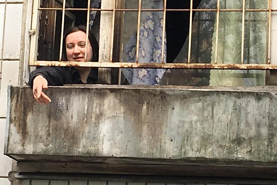 Сначала Гелель общалась с корреспондентом «КП» только через окно, но потом решила выйти в подъезд