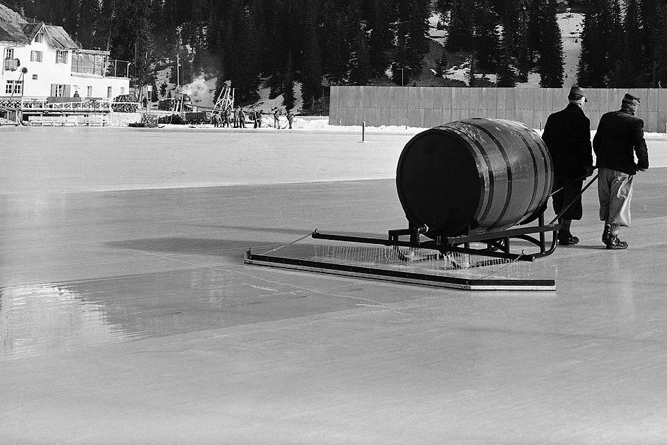 Заливка льда перед соревнованиями конькобежцев, Кортина д'Ампеццо, Олимпиада 1956 года.