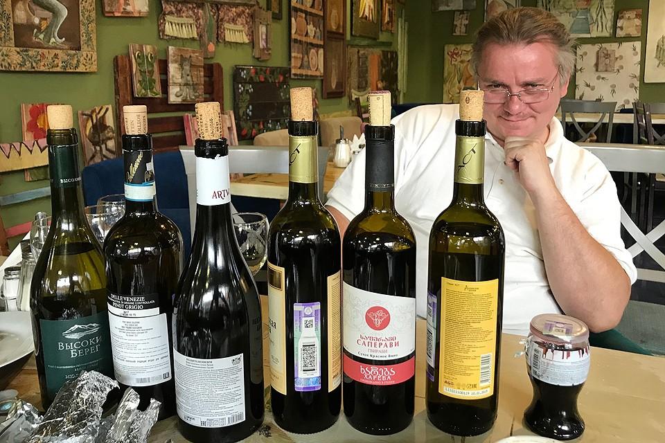 Преподаватель школы сомелье, судья международной категории по виноделию Денис Руденко, перед началом тестирования грузинских вин.