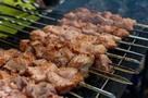 Правильный шашлык: почему мясо лучше мариновать самому и не желательно использовать жидкость для розжига