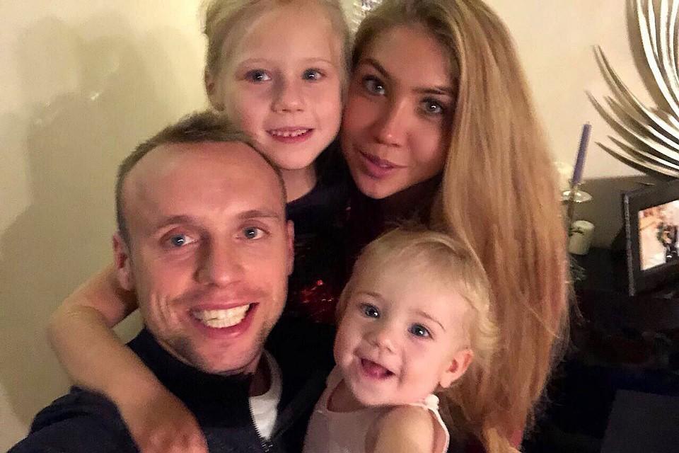 Дарья Глушакова с супругом Денисом и дочками