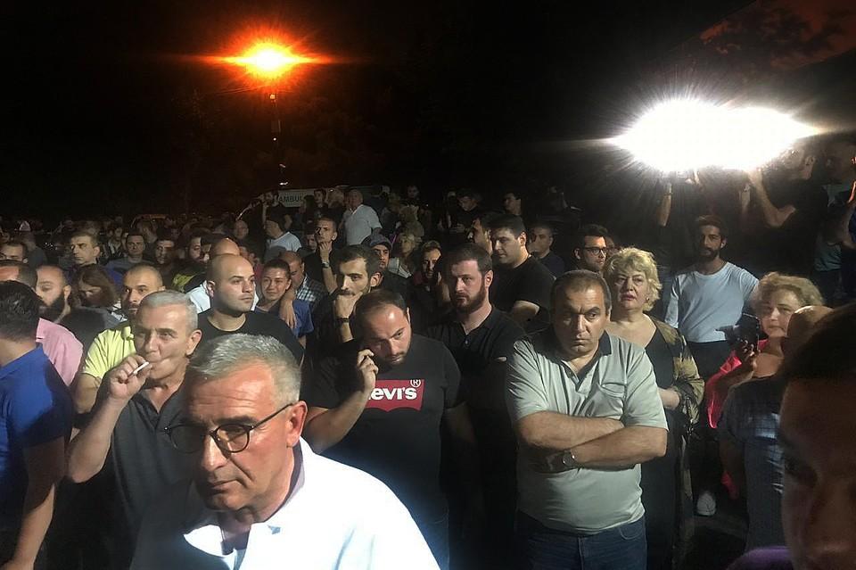 Вечером воскресенья у здания телеканала «Рустави 2» собралось около сотни человек