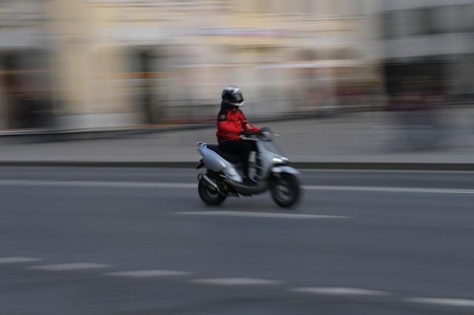 Даже в экипировке и в шлеме мотоциклист на дороге особенно уязвим.