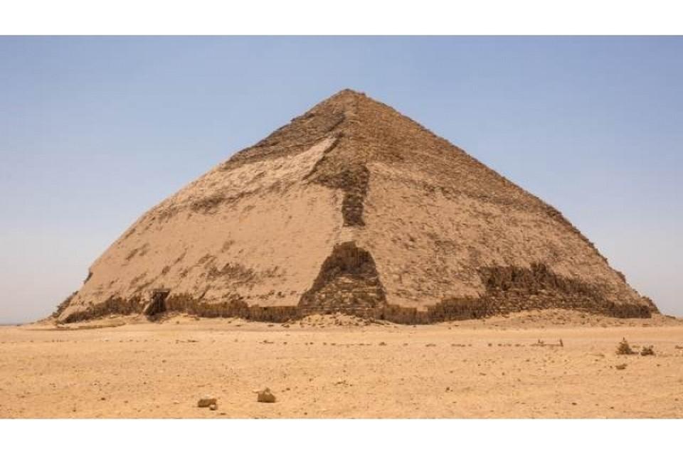 """В Египте для туристов открыли необычную """"ломаную"""" пирамиду"""