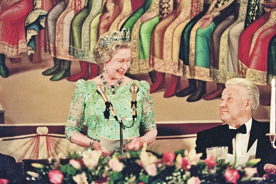 В 1994 году королева Елизавета нарушила клятву Виндзоров не посещать Россию после убийства Романовых. Визитом все остались довольны - ее величество и Борис Ельцин поладили. Фото: Martin Keene/PA Photos/ТАСС