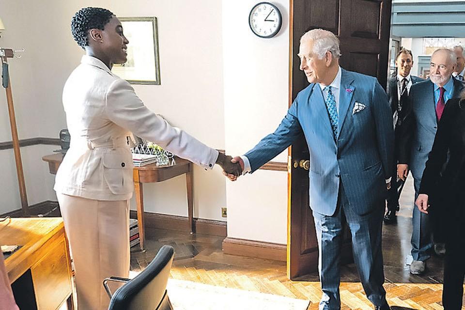 Принц Чарльз заглянул на съемки очередной части бондианы, где познакомился с Лашаной Линч. На фоне нового агента 007 его высочество оказался не так уж и высок.