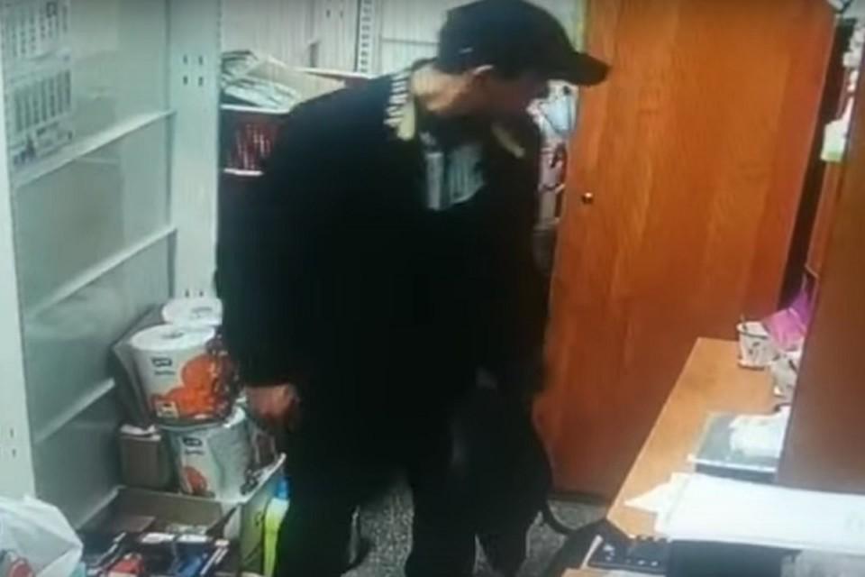 Мужчина зашел в служебное помещение магазина и украл деньги из сейфа. Фото: стоп-кадр.