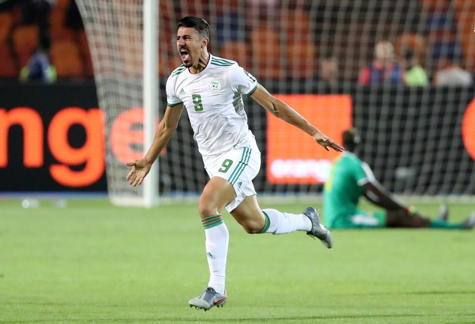 Алжир открыл счет в начале поединка.