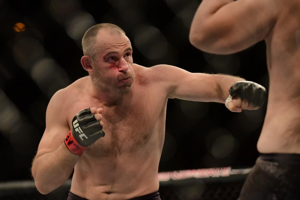 Алексей Олейник проиграл свой бой в UFC.