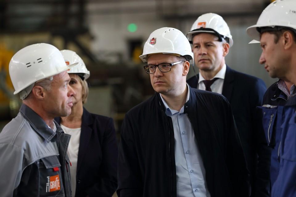 Перед поездкой в Верхний Уфалей, Текслер побывал в Нязепетровске, где главный завод еще работает. Фото: пресс-служба губернатора Челябинской области