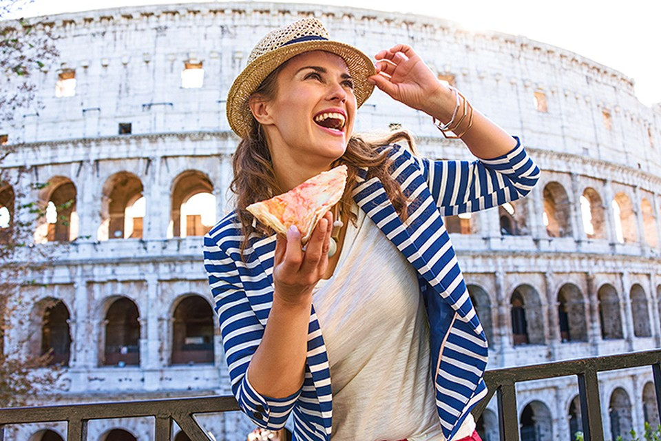 Kусок хот-дога или пиццы на лестнице векового монумента под журчание аудиогида стал новым романтик-styles