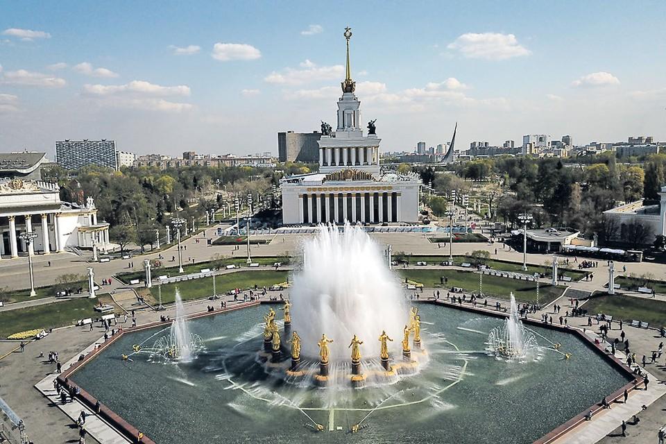 На центральной аллее все любуются отреставрированными фонтанами.