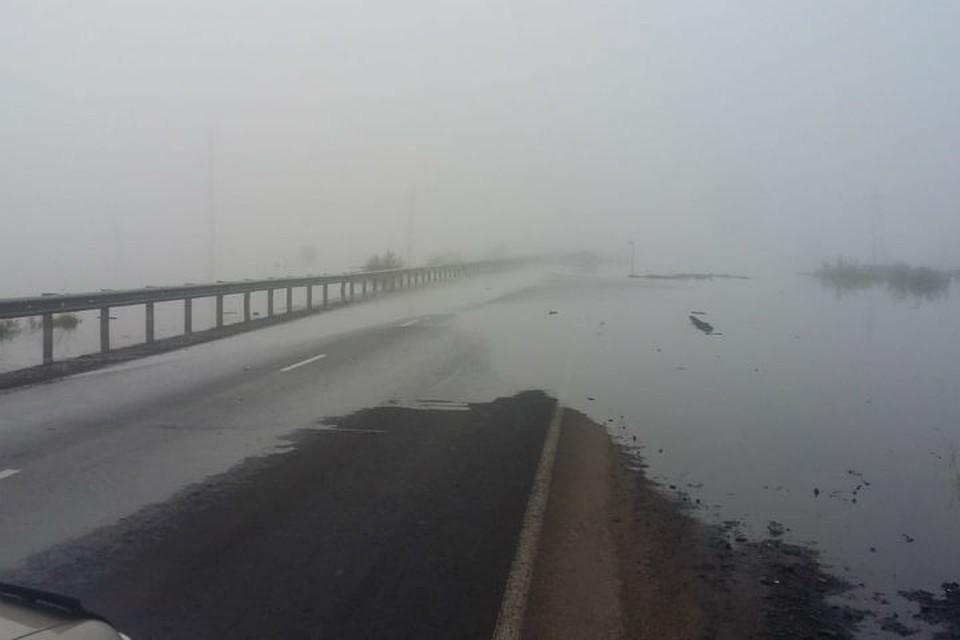 """Федеральная трасса """"Сибирь"""" перекрыта в Тулуне: вода вновь выступила на дорогу"""
