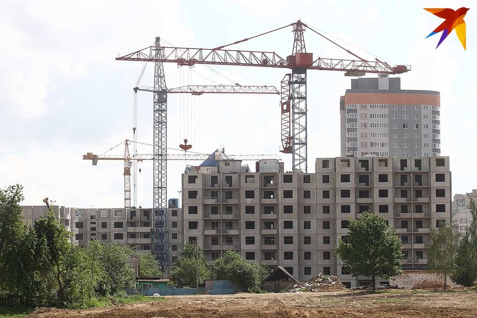 Сокращаются объемы строительства жилья.