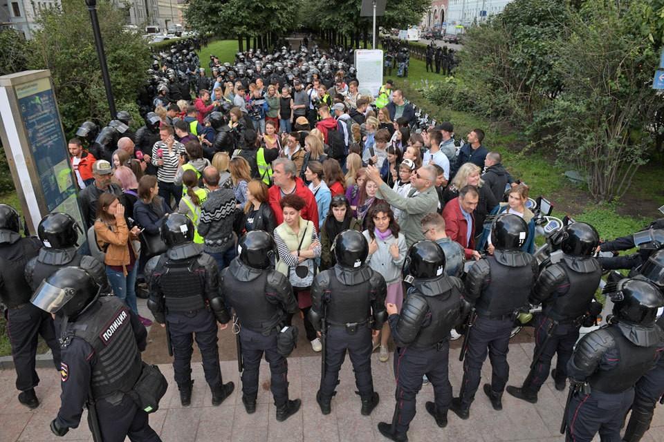 Количество задержанных на митинге в Москве 3 августа возросло до 600 человек.