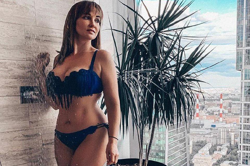 Анфиса Чехова не перестает радовать поклонников фотографиями в купальнике