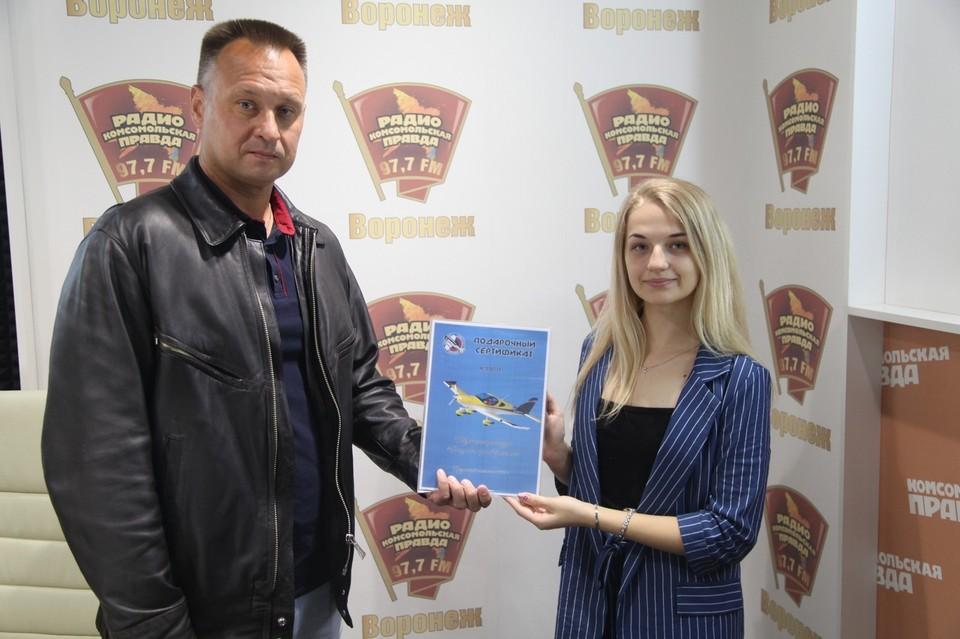 Летчик Александр Мацаев и одна из победительниц конкурса Маша.