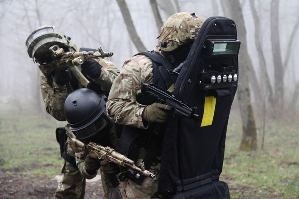 Спецназ вступил в бой с боевиками.