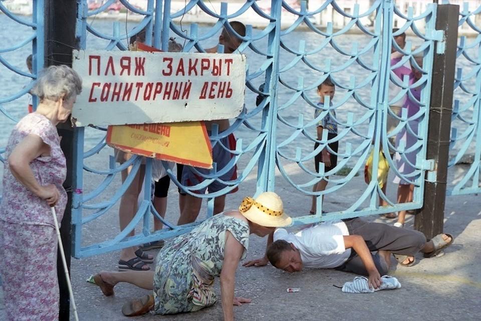 Туристы идут на пляж, несмотря на запреты