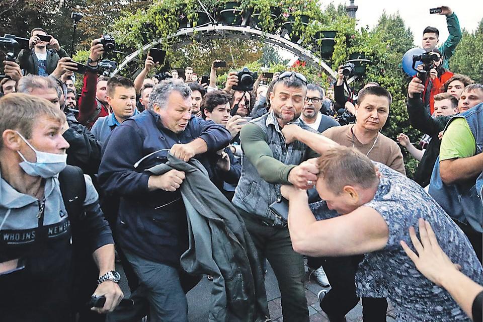 Организаторы специально вывели толпу на людные московские улицы. Фото: Сергей БОБЫЛЕВ/ТАСС