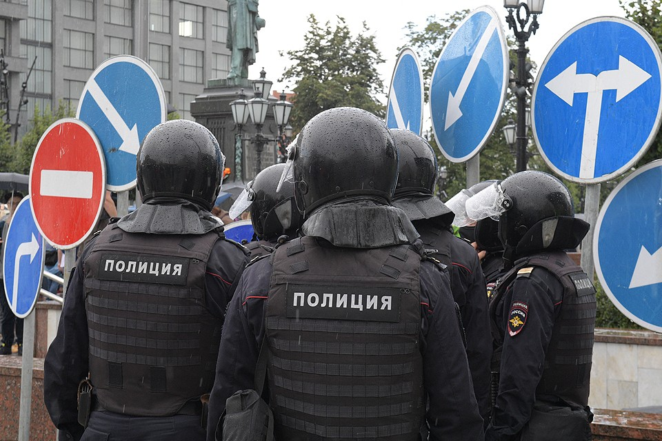 Полицейские готовятся к разгону несанкционированного шествия на Пушкинской площади в Москве.