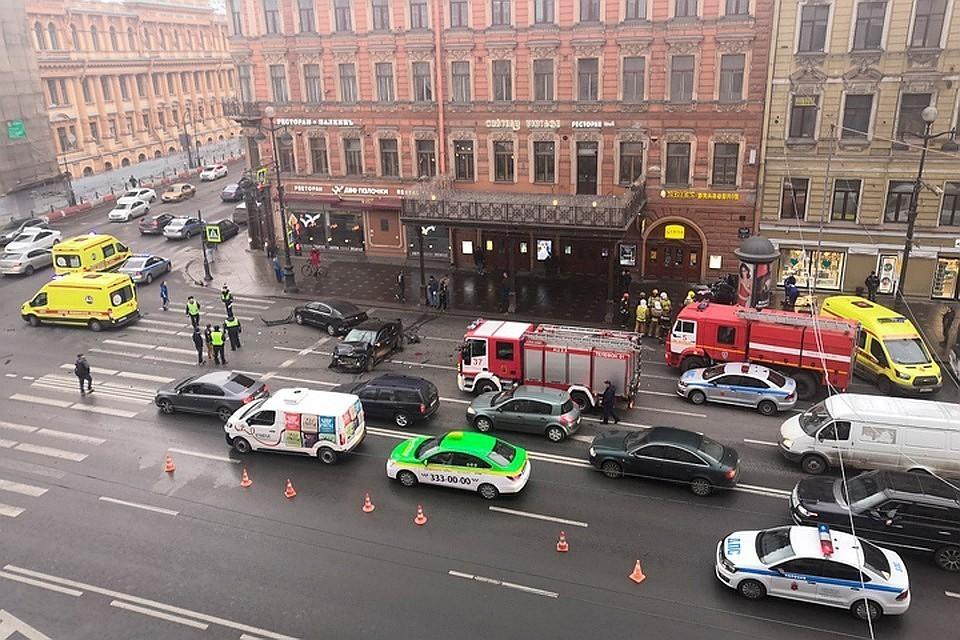 Невский проспект хотят разделить забором. Машины отдельно от пешеходов. Фото: vk.com/spb_today