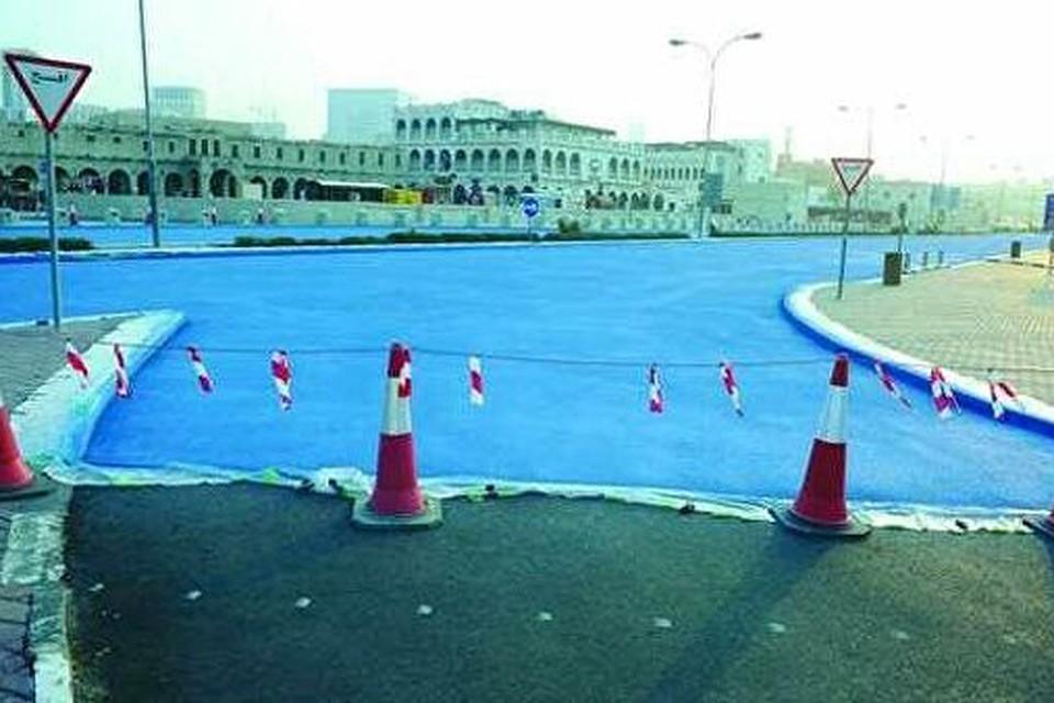 Дороги в Дохе стали красить в голубой цвет. Фото: Qatar Public Works Authority