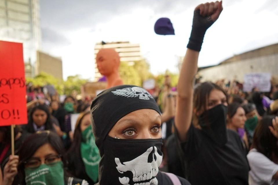 Около 3,5 тысяч женщин вышли на акцию протеста в центре Мехико