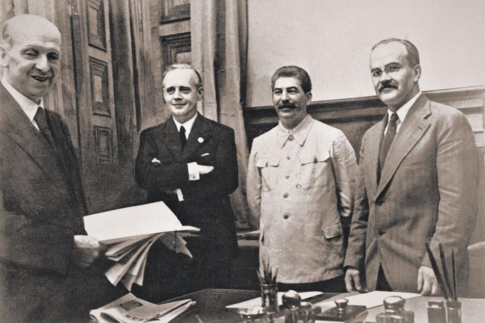 Слева направо: зав. юротделом МИД Германии Фридрих Гаусс, Иоахим фон Риббентроп, Иосиф Сталин и Вячеслав Молотов во время подписания пакта. Фото: Wikimedia Commons