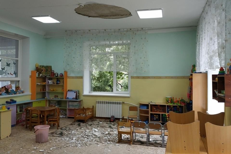 Специалисты считают, что часть потолка обвалилась из-за «ухудшения качества сцепления штукатурки с несущей плитой». Фото: министерство образования и науки Амурской области