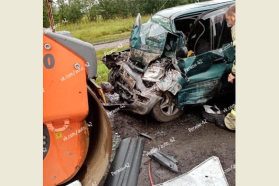 """Трое погибли: в Кузбассе легковушка столкнулась с катком. ФОТО: vk.com, """"Регион42"""""""