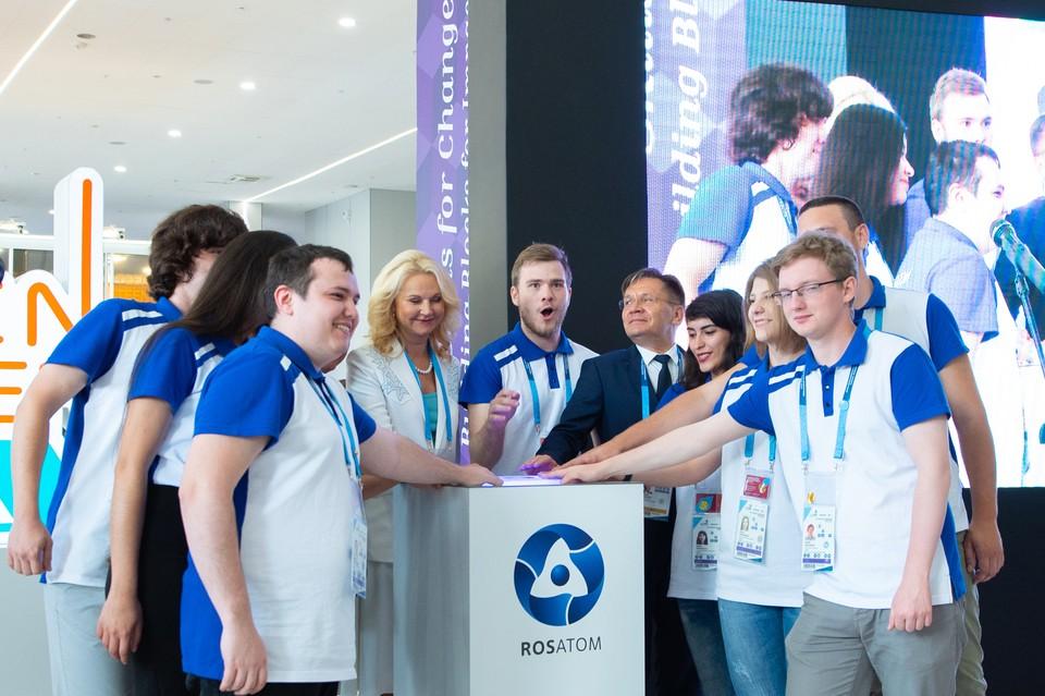 Татьяна Голикова и Алексей Лихачев (в центре) ценят энергию WorldSkills. И атомную, и человеческую. Автор фото: Анжела ЛЕКОМЦЕВА